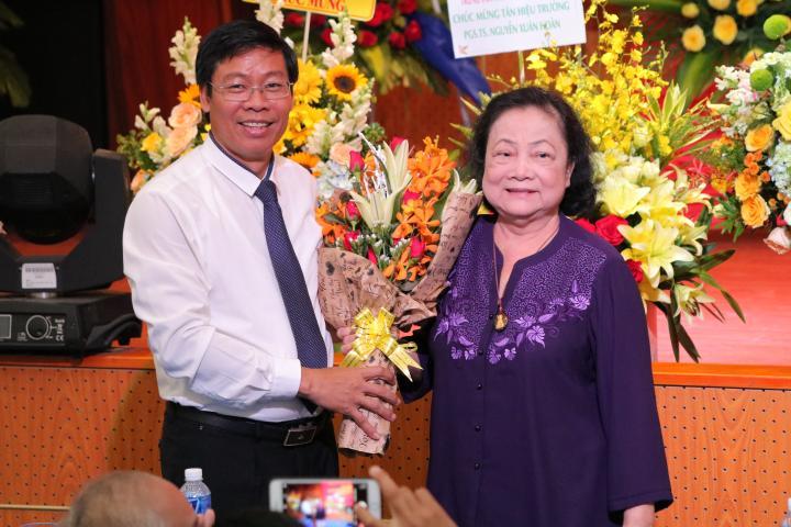 Đại biểu chụp hình kỷ niệm cùng Tân Hiệu trưởng