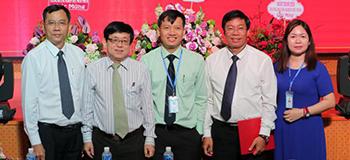 Ảnh: Đại biểu chụp hình kỷ niệm cùng Tân Hiệu trưởng Trường Đại học Công nghiệp Thực phẩm TP. HCM phát biểu (Ảnh: HUFICO)
