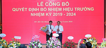 Photo: Ts. Cao Quoc Hung - Member of the Party Personnel Committee; Deputy Minister of Industry and Trade awarded the appointment decision to Assoc. Dr. Nguyen Xuan Hoan (Photo: HUFICO)
